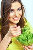 κατανάλωση της γυναίκας & κλείστε επάνω το πορτρέτο προσώπου της χαμογελώντας γυναίκας Στοκ εικόνα με δικαίωμα ελεύθερης χρήσης