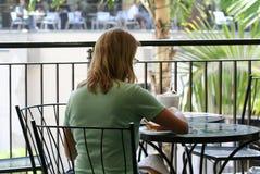 κατανάλωση της γυναίκας μεσημεριανού γεύματος Στοκ εικόνα με δικαίωμα ελεύθερης χρήσης