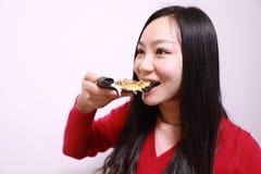 κατανάλωση της γυναίκας πιτσών στοκ φωτογραφία
