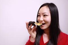 κατανάλωση της γυναίκας πιτσών στοκ φωτογραφίες με δικαίωμα ελεύθερης χρήσης