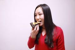 κατανάλωση της γυναίκας πιτσών στοκ εικόνες