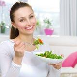 κατανάλωση της γυναίκας σαλάτας Στοκ Εικόνα