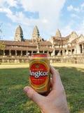 Κατανάλωση της μπύρας Angkor μπροστά από Angkor Wat Στοκ εικόνες με δικαίωμα ελεύθερης χρήσης
