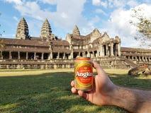 Κατανάλωση της μπύρας Angkor μπροστά από Angkor Wat Στοκ εικόνα με δικαίωμα ελεύθερης χρήσης