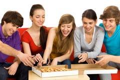 κατανάλωση της πίτσας φίλ&omeg Στοκ Εικόνα