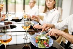 Κατανάλωση της σαλάτας στο επιχειρησιακό μεσημεριανό γεύμα στοκ εικόνες