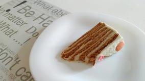 Κατανάλωση της σπιτικής φέτας κέικ μελιού με το λαό απόθεμα βίντεο