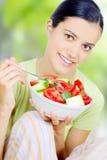 κατανάλωση της υγιούς γυναίκας τροφίμων Στοκ εικόνα με δικαίωμα ελεύθερης χρήσης