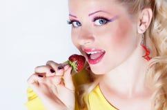 κατανάλωση της φράουλας κοριτσιών Στοκ Εικόνες