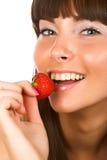 κατανάλωση της φράουλας κοριτσιών Στοκ Εικόνα
