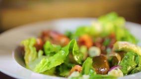 Κατανάλωση της φρέσκιας σαλάτας με τα πράσινες φύλλα, το κρεμμύδι και τις ντομάτες απόθεμα βίντεο