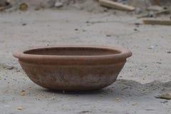 Κατανάλωση του δοχείου για τα πουλιά, δοχείο αργίλου στοκ φωτογραφία με δικαίωμα ελεύθερης χρήσης