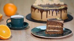 Κατανάλωση του κέικ σοκολάτας με ένα δίκρανο Χέρι γυναικών που παίρνει το δάγκωμα του κέικ r φιλμ μικρού μήκους