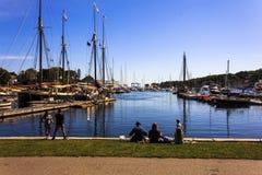Κατανάλωση του μεσημεριανού γεύματος στο λιμάνι του Κάμντεν Στοκ Εικόνες