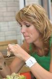κατανάλωση του μεσημεριανού γεύματος Στοκ φωτογραφία με δικαίωμα ελεύθερης χρήσης
