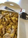 Κατανάλωση του ρυζιού με το κοτόπουλο στην εργασία Στοκ φωτογραφίες με δικαίωμα ελεύθερης χρήσης