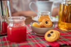 Κατανάλωση τσαγιού με τα μπισκότα και muffins Στοκ φωτογραφίες με δικαίωμα ελεύθερης χρήσης
