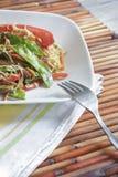 Κατανάλωση των ασιατικών τροφίμων με ένα δίκρανο Στοκ φωτογραφίες με δικαίωμα ελεύθερης χρήσης