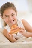 κατανάλωση των ζωντανών νεολαιών φετών δωματίων πιτσών κοριτσιών Στοκ φωτογραφίες με δικαίωμα ελεύθερης χρήσης