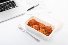 Κατανάλωση των κεφτών με την ντομάτα στο γραφείο Στοκ Φωτογραφίες
