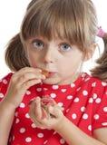 κατανάλωση των μικρών γλυκών κοριτσιών ζελατίνης Στοκ φωτογραφία με δικαίωμα ελεύθερης χρήσης