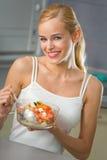 κατανάλωση των νεολαιών γυναικών σαλάτας Στοκ Εικόνα