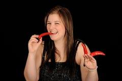 κατανάλωση των πιπεριών που χαμογελούν τον έφηβο Στοκ Εικόνες