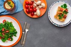 Κατανάλωση των υγιών τροφίμων στο γκρίζο υπόβαθρο, τοπ άποψη, διάστημα αντιγράφων Στοκ φωτογραφία με δικαίωμα ελεύθερης χρήσης