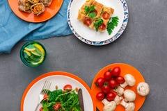 Κατανάλωση των υγιών τροφίμων στο γκρίζο υπόβαθρο, τοπ άποψη Στοκ Φωτογραφία