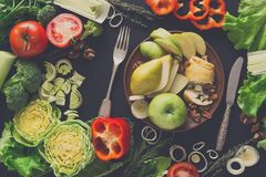 Κατανάλωση των υγιών τροφίμων στο μαύρο υπόβαθρο Στοκ Φωτογραφία