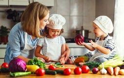 κατανάλωση υγιής Η ευτυχή οικογενειακά μητέρα και τα παιδιά προετοιμάζονται veg στοκ φωτογραφίες με δικαίωμα ελεύθερης χρήσης