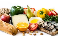 κατανάλωση υγιής Μεσόγειος σιτηρεσίου Φρούτα και λαχανικά που απομονώνονται στοκ εικόνες