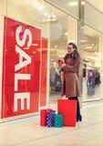 Κατανάλωση χρημάτων γυναικών για τις αγορές στη λεωφόρο αγορών για τις διακοπές στοκ εικόνα