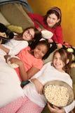 κατανάλωση popcorn κατσικιών Στοκ Εικόνες