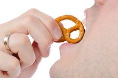 κατανάλωση pretzel ατόμων Στοκ Εικόνες