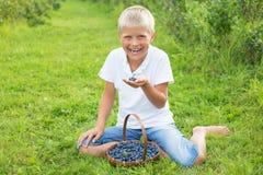 κατανάλωση αγοριών βακκ&iot Στοκ φωτογραφία με δικαίωμα ελεύθερης χρήσης
