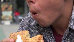 Κατανάλωση ενός σάντουιτς, τρόφιμα, πρόχειρο φαγητό απόθεμα βίντεο
