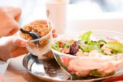 Κατανάλωση ενός υγιούς μεσημεριανού γεύματος στο γραφείο Στοκ εικόνες με δικαίωμα ελεύθερης χρήσης