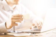 κατανάλωση καφέ Στοκ Εικόνες