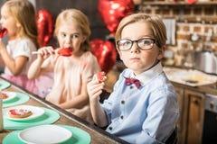 κατανάλωση μπισκότων αγοριών Στοκ φωτογραφία με δικαίωμα ελεύθερης χρήσης