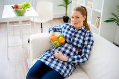 κατανάλωση της έγκυου γυναίκας καρπού Στοκ εικόνες με δικαίωμα ελεύθερης χρήσης