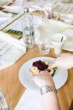 Κατανάλωση της γαλλικής φρυγανιάς με τα φρούτα Στοκ Εικόνες