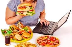 κατανάλωση της γυναίκας παλιοπραγμάτων τροφίμων στοκ φωτογραφία με δικαίωμα ελεύθερης χρήσης