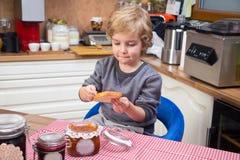 Κατανάλωση της μαρμελάδας Στοκ φωτογραφία με δικαίωμα ελεύθερης χρήσης
