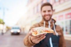 κατανάλωση της πίτσας ατόμ&o Στοκ Φωτογραφίες