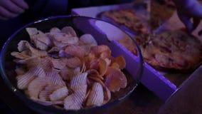 Κατανάλωση της πίτσας και των τσιπ απόθεμα βίντεο