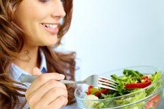 Κατανάλωση της σαλάτας Στοκ Εικόνα