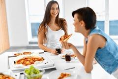 Κατανάλωση του γρήγορου φαγητού κατανάλωση της πίτσας φίλ&omeg Όργανο καταγραφής και κοράκι Ελεύθερος χρόνος, CEL Στοκ Εικόνα