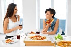 Κατανάλωση του γρήγορου φαγητού κατανάλωση της πίτσας φίλ&omeg Όργανο καταγραφής και κοράκι Ελεύθερος χρόνος, CEL Στοκ Φωτογραφίες