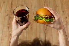 Κατανάλωση του γρήγορου φαγητού Χάμπουργκερ και ποτήρι της σόδας Γεύμα, διατροφή Στοκ εικόνες με δικαίωμα ελεύθερης χρήσης